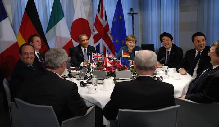 Riunione dei G7 lo scorso marzo. Quattro delle persone sedute al tavolo, sono affiliati a Ur-Lodges: da sinistra, François Hollande (presidente della Repubblica francese), David Cameron (primo ministro inglese), Barack Obama (presidente degli Stati Uniti) e Angela Merkel (cancelliera tedesca).