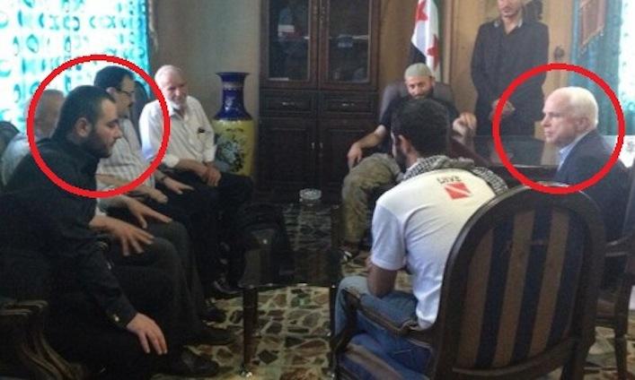 Il senatore Usa John McCain durante una riunione svoltasi nel nord della Siria nell'estate 2013. A sinistra (sempre cerchiato in rosso) il leader dell'Isis Abu Bakr al Baghdadi.