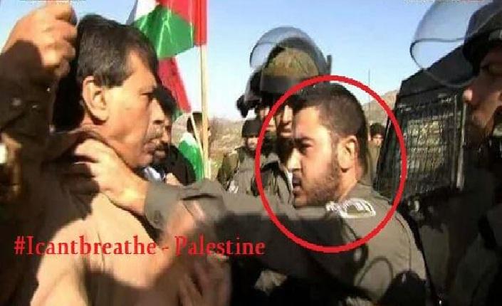 Abu Ein trattenuto con forza alla gola da un soldato israeliano durante la protesta in Cisgiordania in cui di lì a poco ha perso la vita