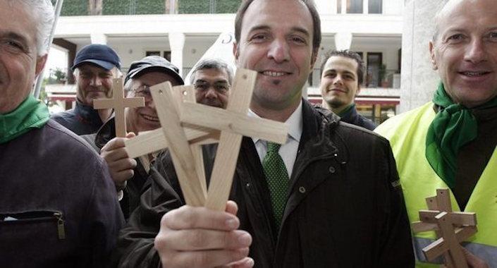 """Massimo Bitonci mentre promuove l'iniziativa """"Crocifisso obbligatorio negli edifici pubblici""""."""
