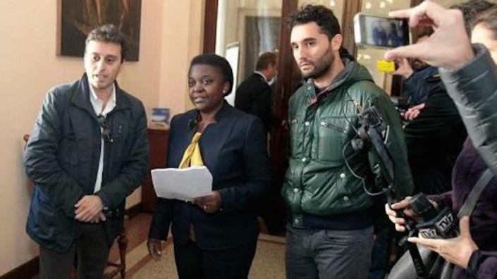 L'ex ministra dell'Integrazione, Cécile Kyenge e il giornalista di Matrix Davide Parenzo mentre attendono di incontrare Massimo Bitonci. Il sindaco rifiuterà poi di incontrarli.