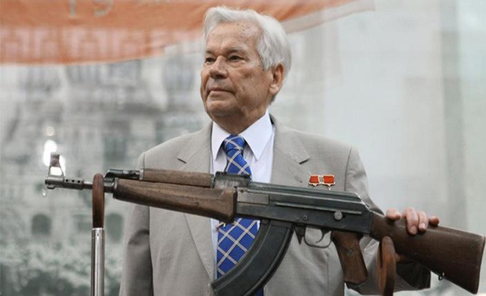 Mijaíl Kaláshnikov, creatore dell'AK-47. Quando progettò l'arma era il 1947 ed era sergente. É morto a 94 anni, il 23 dicembre 2013, con il grado di generale di divisione