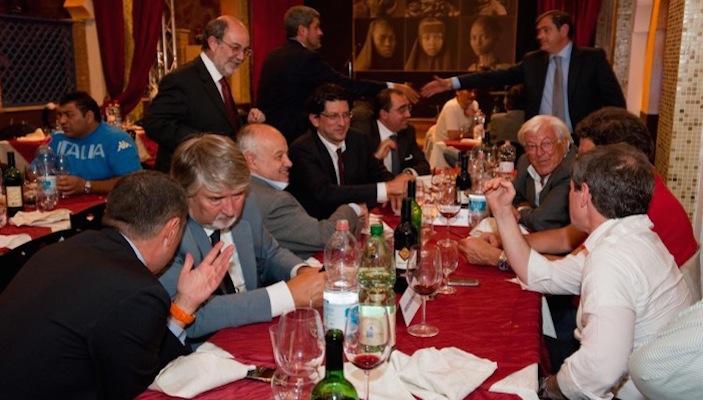 La foto che immortala la cena organizzata nel 2010 da Salvatore Buzzi. Presenti, tra gli altri, Gianni Alemanno, Franco Panzironi, Daniele Ozzimo (dimesso), Sveva Belviso, Umberto Marroni, Giuliano Poletti.