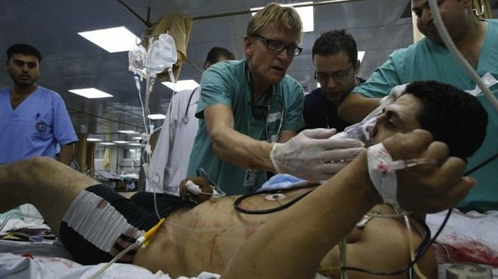Mads Gilbert ha operato e salvato migliaia di vite di bambini, donne e uomini palestinesi durante l'attacco da parte di Israele a Gaza del 2009 e durante quello dell'estate 2014.