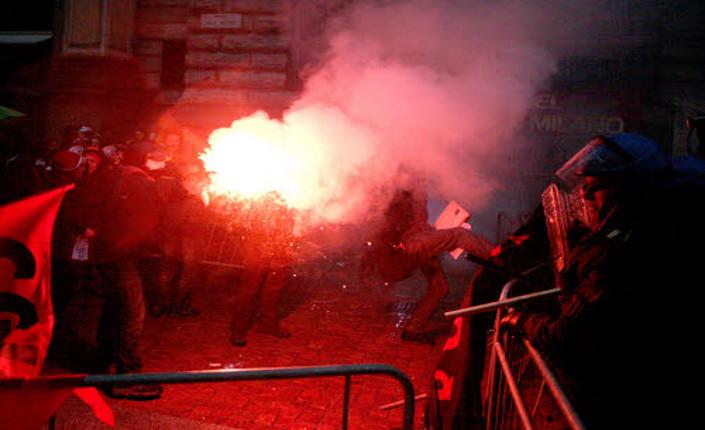Proteste alla Scala, la polizia carica i manifestanti