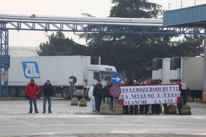 «I mafiosi di Bologna siete voi». Contestati Renzi e il Pd