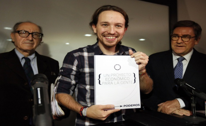 Da sinistra Vincenç Navarro, Pablo Iglesias e Juan Torres durante la presentazione del progetto
