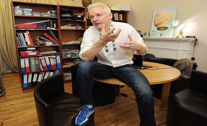 Julien Assange nel suo appartamento interno all'ambasciata ecuadoriana di Londra