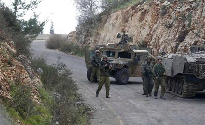 Soldati israeliani pattugliano la frontiera con il Libano