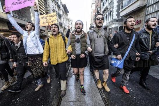 turchia uomini in gonna contro la volenza di genere