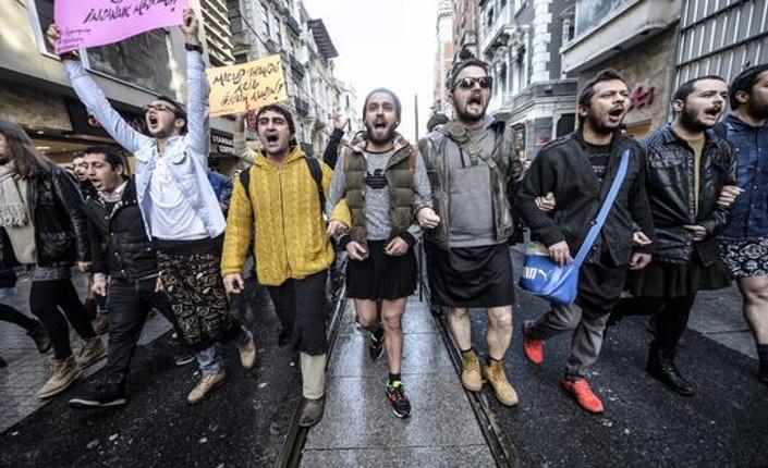 Turchia: uomini in minigonna contro la violenza di genere