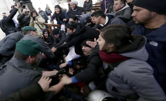 Attivisti all'interno della basilica di Santa Maria del Popolo trascinati via dalla polizia