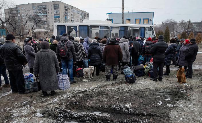abitanti di Debalteseve in fila per abbandonare la città, dopo l'apertura del corridoio umanitario