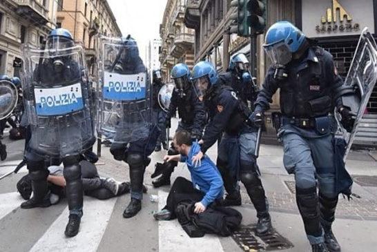 La carica della polizia in via XX Settembre