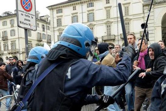 la celere attacca il corteo contro la Lega a Torino