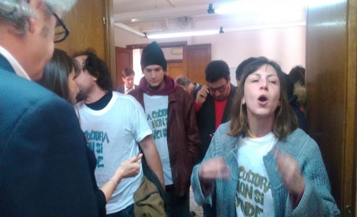 Giovani della rete Cinema Off entrano in Commissione cultura  indossando t-shirt con la scritta 'La cultura non si vende'