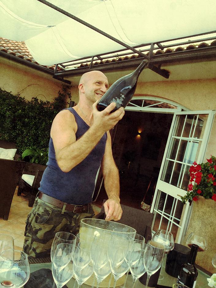 Ales Kristancic (Movia) mentre sta per stappare una magnum di Puro.