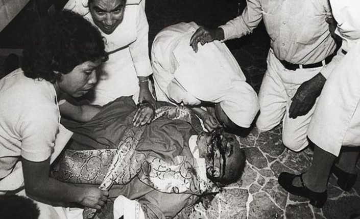Monsignor Romero a terra, ormai senza vita, dopo essere stato colpito da un tiratore scelto degli squadroni della morte salvadoregni.