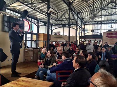 Luca Pastorino durante la conferenza stampa al Mercato del Carmine.