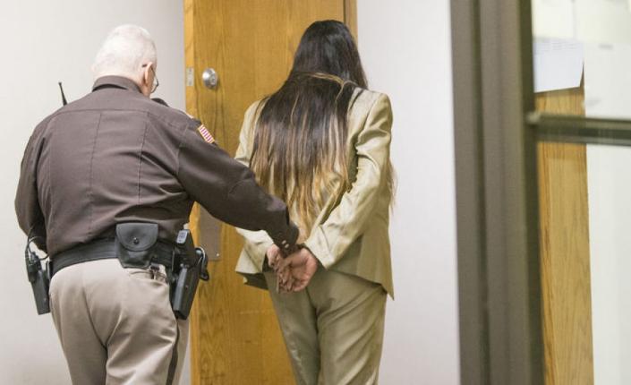 Purvi Patel lascia l'aula del tribunale   dopo aver ascoltato la sentenza