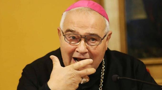 Il vescovo ciellino: «Vade retro satana, sei un sessantottino»