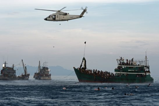 14 5 2015. elicottero dell'esercito thailandese lancia  cibo ai migranti abbandonati dagli scafisti nel mare delle Andamane ma ne impedisce l'accoglienza (foto ARCHAMBAULT)