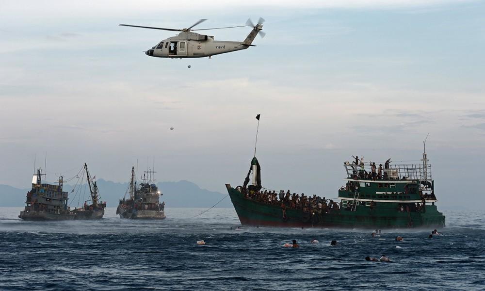 14/05/2015. Elicottero dell'esercito thailandese lancia  cibo ai migranti abbandonati dagli scafisti nel mare delle Andamane, ma il governo thailandese ne rifiuta l'accoglienza (foto ARCHAMBAULT)