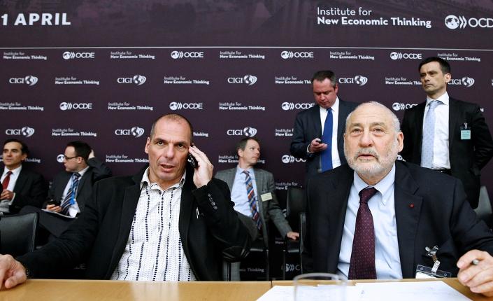 Il Nobel per l'economia Joseph Stiglitz con il ministro delle finanze greco, Yanis Varoufakis