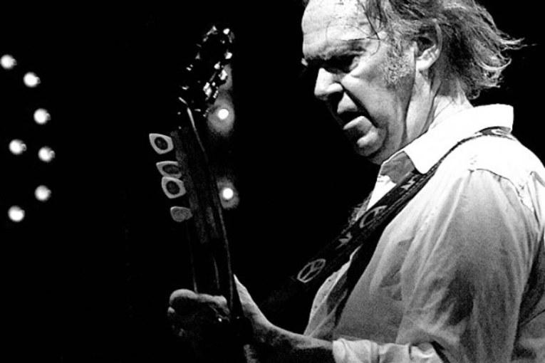 Essere Neil Young e cantarne quattro a Trump e agli Ogm