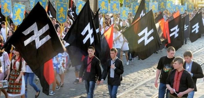 Militanti di Pravij Sector e di altri movimenti di ultradestra ed ultranazionalisti ucraini sfilano per le vie di Kiev: la destra estrema italiana in Ucraina appoggia loro ed i nazionalisti russi in un incredibile cortocircuito ideologico