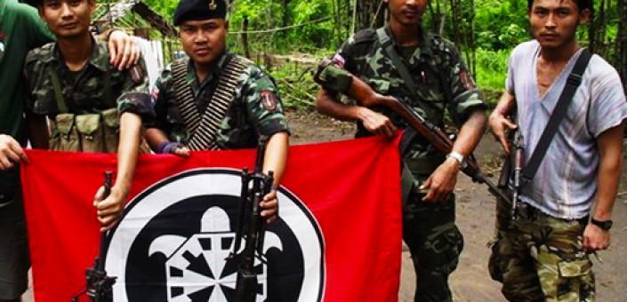 Birmania: miliziani del K.N.L.A., l'esercito di liberazione nazionale dell'etnia Karen in posa con il vessillo di Casa Pound