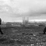 Pasolini, nello foto, scattata su Monte Testaccio, s'intravede il gazometro