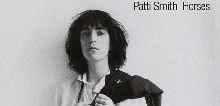 """Quarant'anni fa esce""""Horses"""", prodotto da John Cale, il primo disco di Patti Smith, la foto della copertina è di Robert Mapplethorpe"""