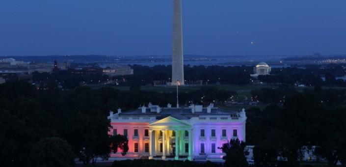 Washingto: alla notizia del verdetto favorevole al matrimonio tra persone dello stesso sesso emesso dalla Corte Suprema, la Casa Bianca è stata illuminata con i colori dell'arcobaleno simbolo della lotta delle persone omosessuali per il riconoscimento dei propri diritti civili