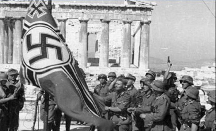 Aprile 1941. Le truppe tedesche izzano la bandiera nazista di fronte al Partenone