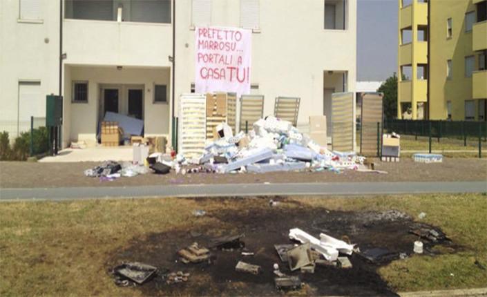 Ciò che resta delle suppellettili destinate ai profughi e bruciate dai residenti di Quinto di Treviso