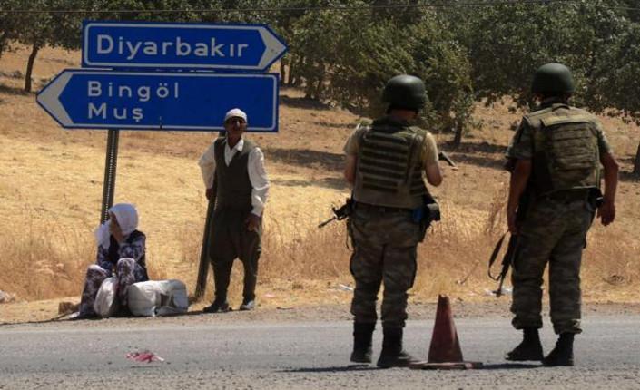 Soldati turchi in un posto di controllo a Diyarbakir, Kurdistan turco