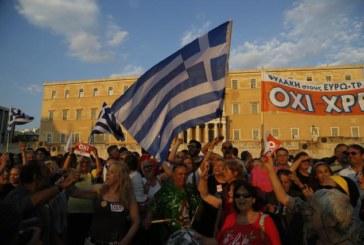 Grecia, la partita a poker tra bluff e rilanci