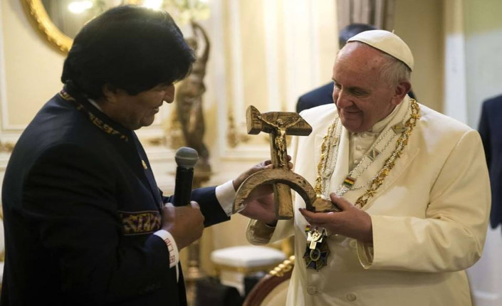 """Il """"crocifisso comunista"""" di Morales al papa"""