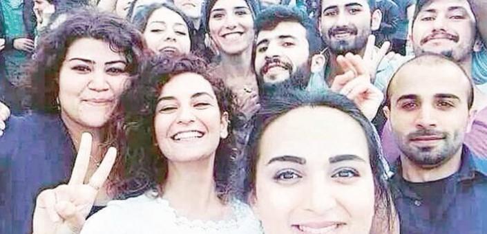 I giovani militanti di  sinistra ritratti in un selfie poco prima di morire per mano di un attentatore suicida