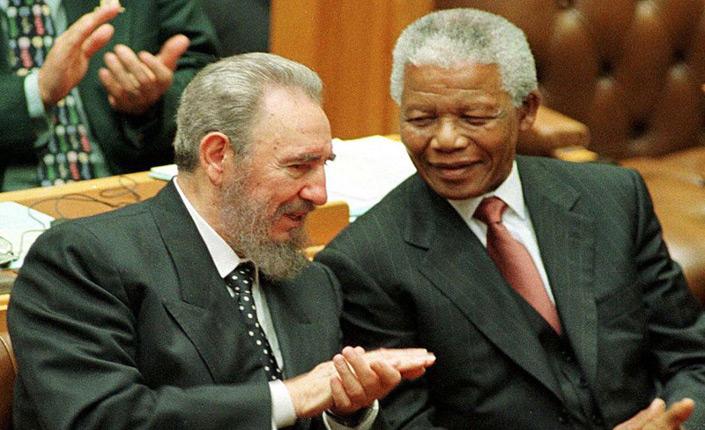Fidel Castro con Nelson Mandela in Sudafrica, settembre 1998 (archivio)