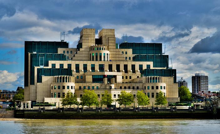 Londra, il quartier generale del MI6, Military Intelligence britannica, sezione 6