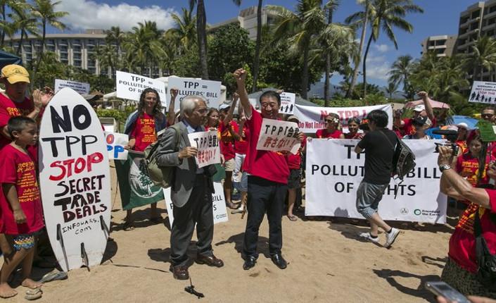 Manifestazione di protesta davanti all'hotel che ospitava il summit TPP. Maui, Hawaii, 30/07/15