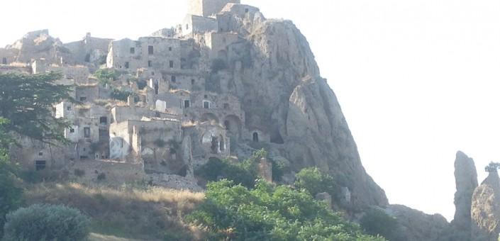 Nell'immagine, l'abitato abbandonato di Craco, in un certo senso il simbolo della narrazione di questo angolo di Lucania
