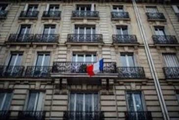 Parigi, Hollande si rifugia nella bandiera
