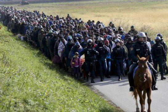 Polizia slovena scorta migranti