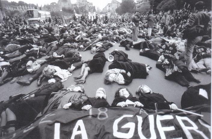 Gennaio 1991, la Guerra del Golfo in Iraq.  Ecco lo straordinario colpo d'occhio dei manifestanti distesi sul selciato in via dei Fori Imperiali a simulare le conseguenze della guerra. Era l'aprile di 25 anni fa