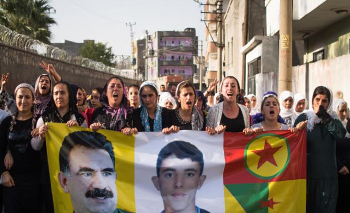 Donne curde manifestano nelle strade di Cizre