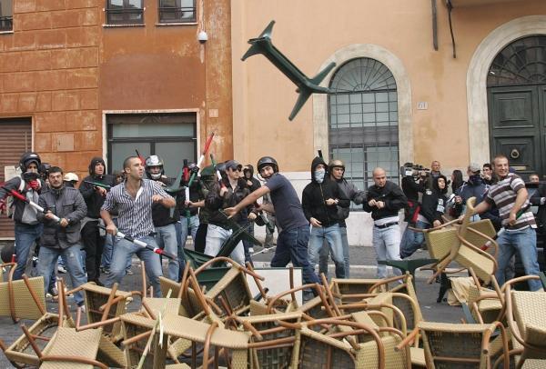 """29 ottobre 2008, la """"squadra"""" del cuore in azione contro gli studenti a piazza Navona"""