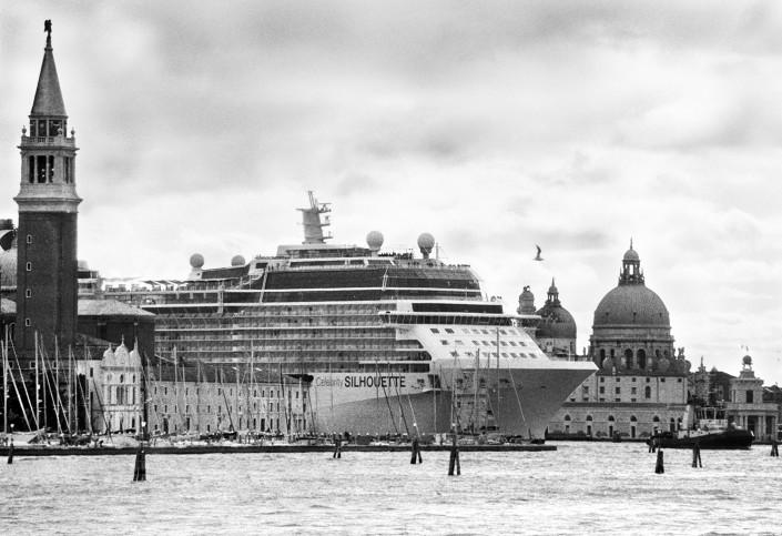 Gianni Berengo Gardin: Grande nave in uscita dal canale della Giudecca nel Bacino di San Marco tra Isola di San Giorgio e la Punta della Dogana. Venezia-aprile 2013